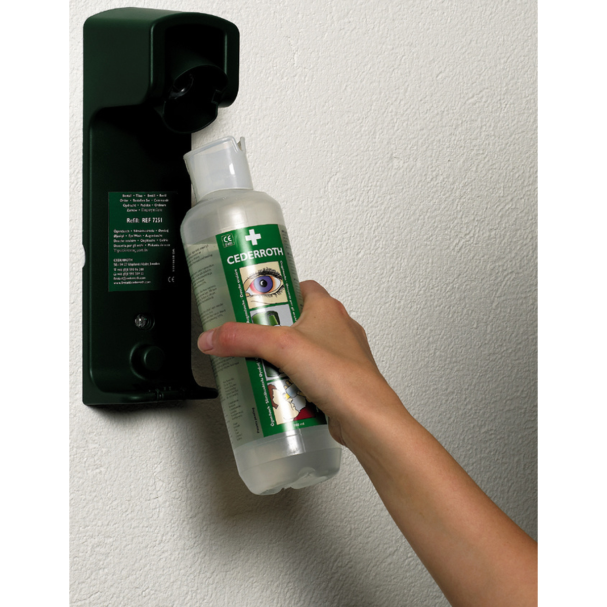 augensp lflasche station r 2 flaschen mit 500 ml und integriertemaugennapf sowie. Black Bedroom Furniture Sets. Home Design Ideas